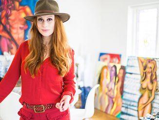 Konstnären Pernilla Månsson målar färgstarkt och naket. Foto: Anna Matre, Bjäreliv